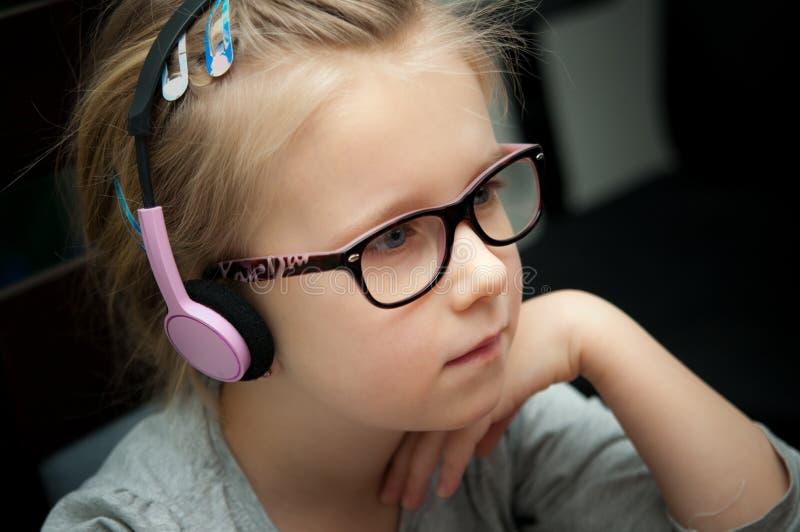 Młoda dziewczyna patrzeje laptopu ekran obraz royalty free