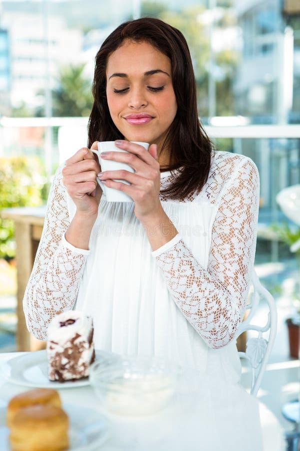 Młoda dziewczyna pije jej herbaty zdjęcie stock
