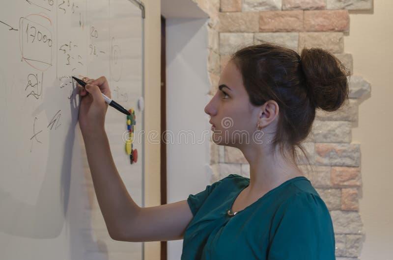 Młoda dziewczyna pisze na blackboard obrazy royalty free