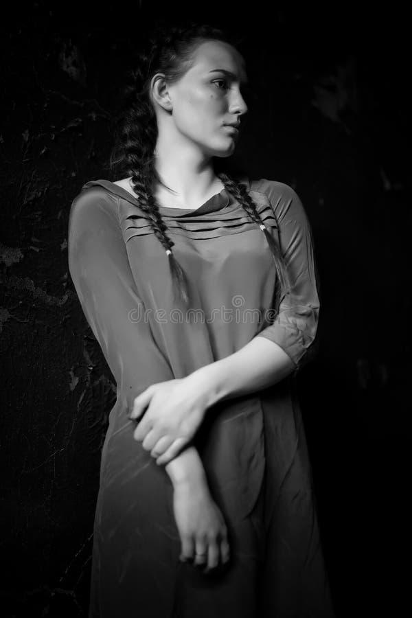 Młoda dziewczyna portret w starym domu z burnt ścianami zdjęcie royalty free