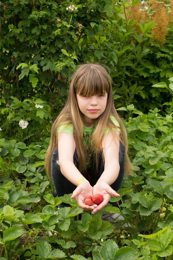 Młoda dziewczyna pracuje w ogródzie obrazy royalty free