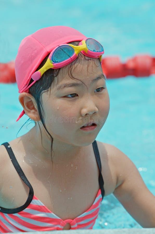 Młoda dziewczyna przy basenem obraz stock
