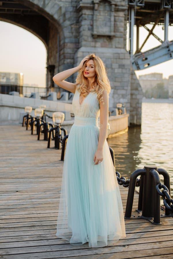 Młoda dziewczyna przy brzeg rzeki w mieście zdjęcie royalty free