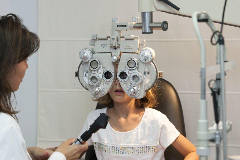 Młoda dziewczyna przy optometry przeglądu szerokim widokiem zdjęcie royalty free