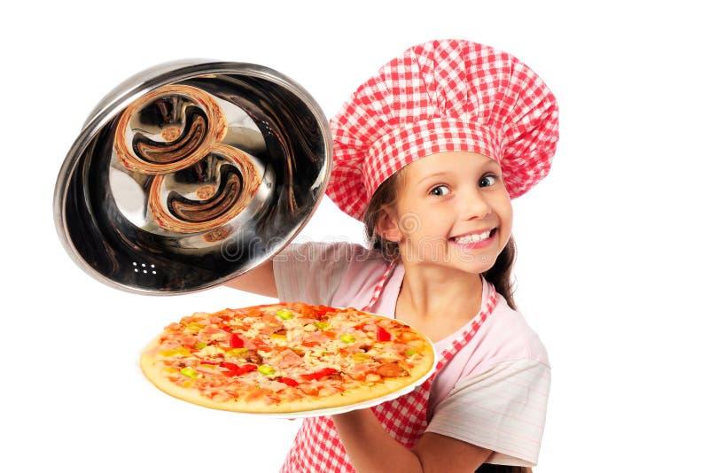 Młoda dziewczyna przygotowywa domowej roboty pizzę fotografia royalty free