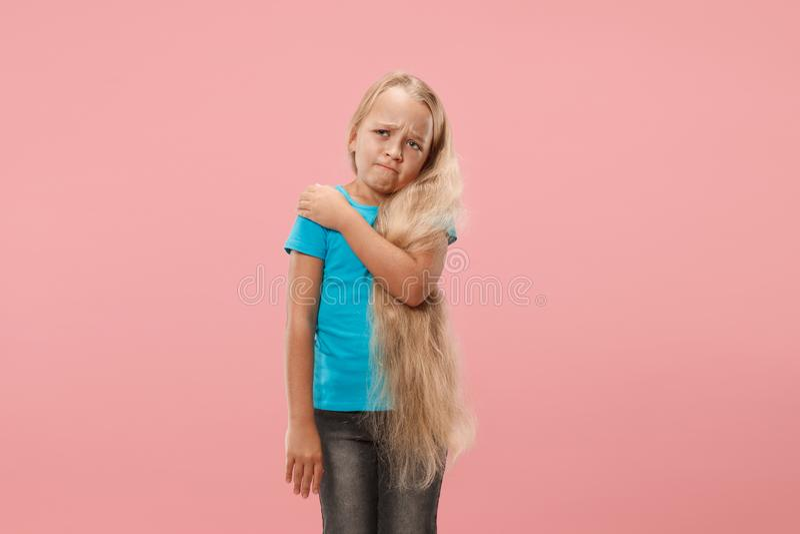 Młoda dziewczyna przytłaczająca z bólem w ramieniu obrazy royalty free