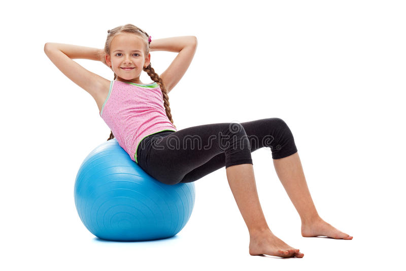 Młoda dziewczyna robi brzusznym gimnastycznym ćwiczeniom zdjęcia royalty free