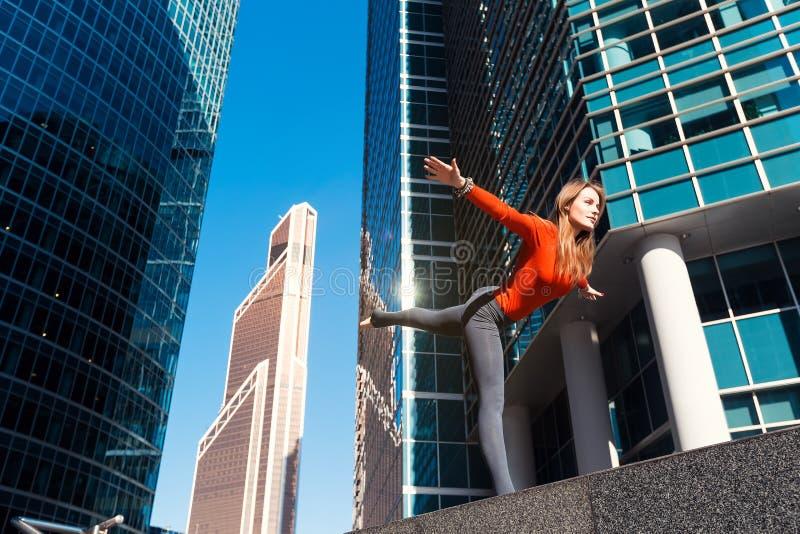 Młoda dziewczyna robi joga outdoors w mieście obrazy royalty free