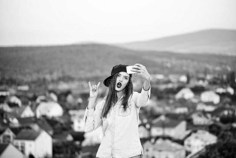 Młoda dziewczyna robi selfie na tle góry Młoda ładna dziewczyna robi selfie fotografia royalty free