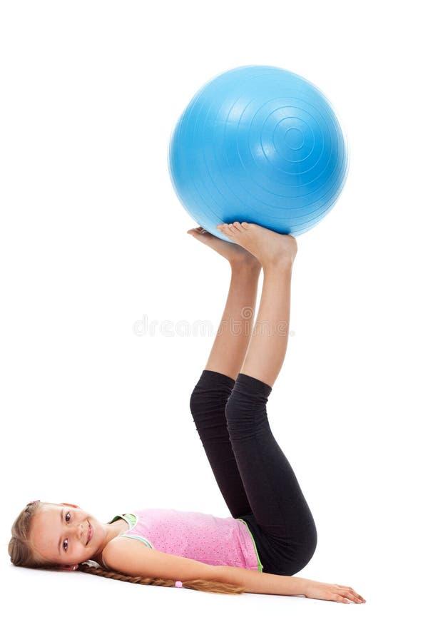 Młoda dziewczyna robi sile i balansowym gimnastycznym ćwiczeniom obrazy royalty free