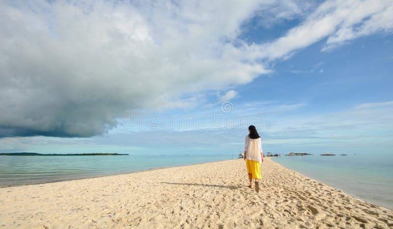 Młoda dziewczyna spacery na długiej przesmyk plaży zdjęcia stock