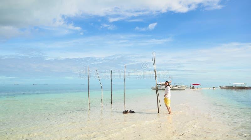 Młoda dziewczyna spacery na długiej przesmyk plaży zdjęcia royalty free