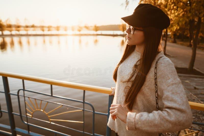 Młoda dziewczyna stojaki na miasto bulwarze jeziorem obrazy stock