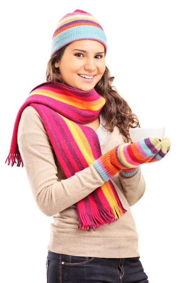 Młoda dziewczyna trzyma filiżankę gorąca herbata zdjęcie royalty free