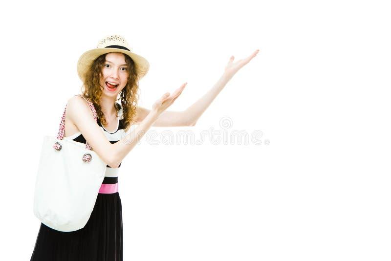 M?oda dziewczyna turysta wskazuje oba w lato stroju wr?cza na bia?ej koc przestrzeni fotografia royalty free