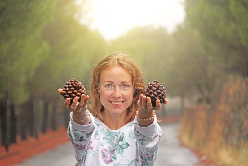 Młoda Dziewczyna Uśmiecha się garbki i pokazuje Magiczny las przy stopą góra Etna Wyspa Sicily, Włochy zdjęcia royalty free