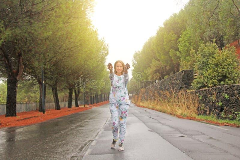 Młoda Dziewczyna Uśmiecha się garbki i pokazuje Magiczny las przy stopą góra Etna Wyspa Sicily, Włochy obrazy royalty free
