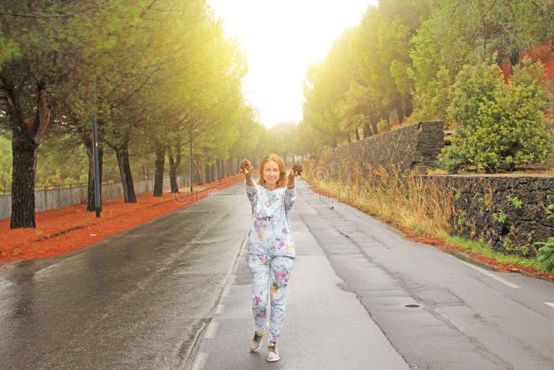 Młoda Dziewczyna Uśmiecha się garbki i pokazuje Magiczny las przy stopą góra Etna Wyspa Sicily, Włochy fotografia royalty free