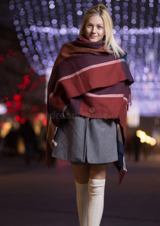 Młoda dziewczyna uśmiecha się outdoors zimy nocy latarnie uliczne obrazy stock