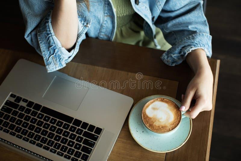 Młoda dziewczyna uśmiecha się wyśmienicie kawę i pije zdjęcia royalty free