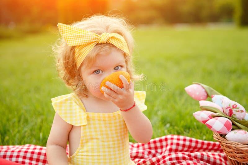 Młoda dziewczyna ubierająca w żółtym obsiadaniu obrazy stock
