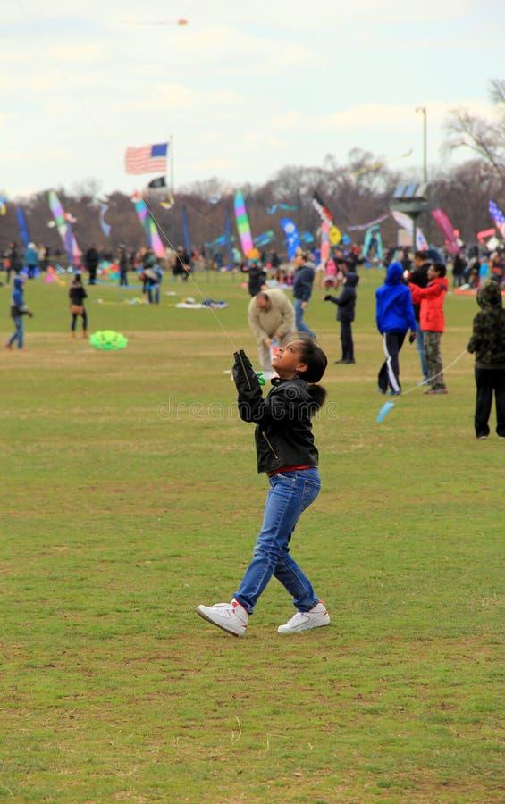 Młoda dziewczyna, właśnie jeden setki dostaje przygotowywający latać ich kanie przy rocznym festiwalem, Waszyngtoński zabytek, Wa zdjęcie royalty free