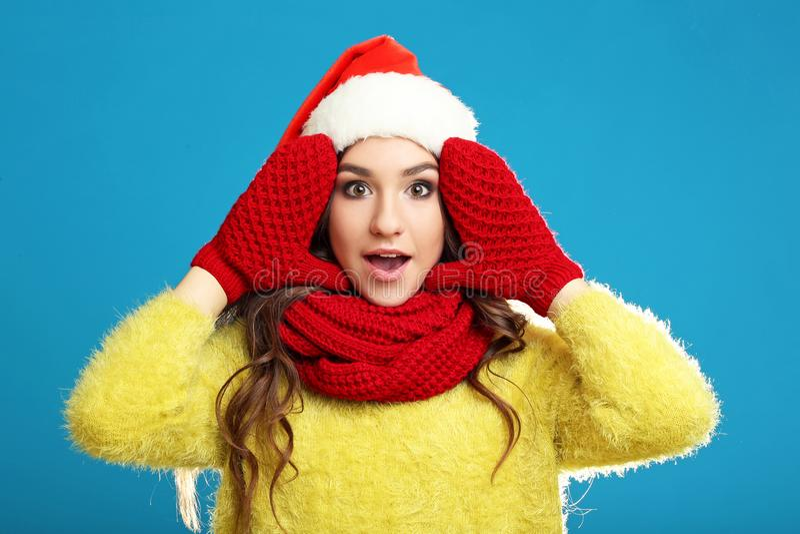 Młoda dziewczyna w żółtym pulowerze zdjęcia stock