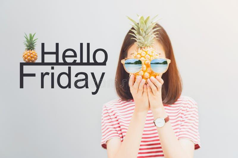 Młoda dziewczyna w czerwieni sukni i chwyta ananasie w ręce, odzież okularach przeciwsłonecznych z odbiciem plaża i wyspie, obrazy stock
