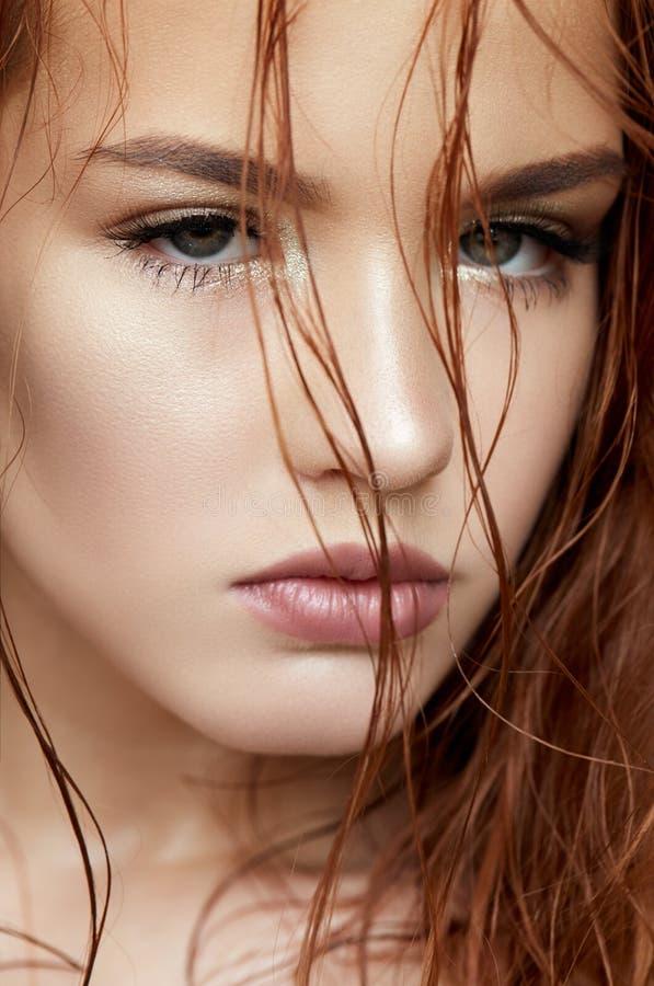 Młoda dziewczyna w delikatnym sposobu i czerwieni włosy Piękny model z olśniewającym skóry i nagiej postaci makeup Wiosna portret obrazy stock