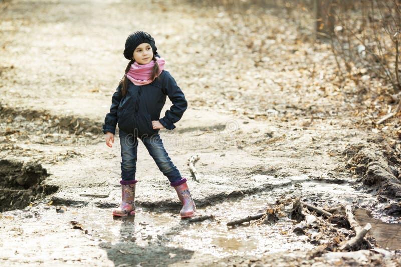 Młoda dziewczyna w gumowych butach w lesie zdjęcie stock