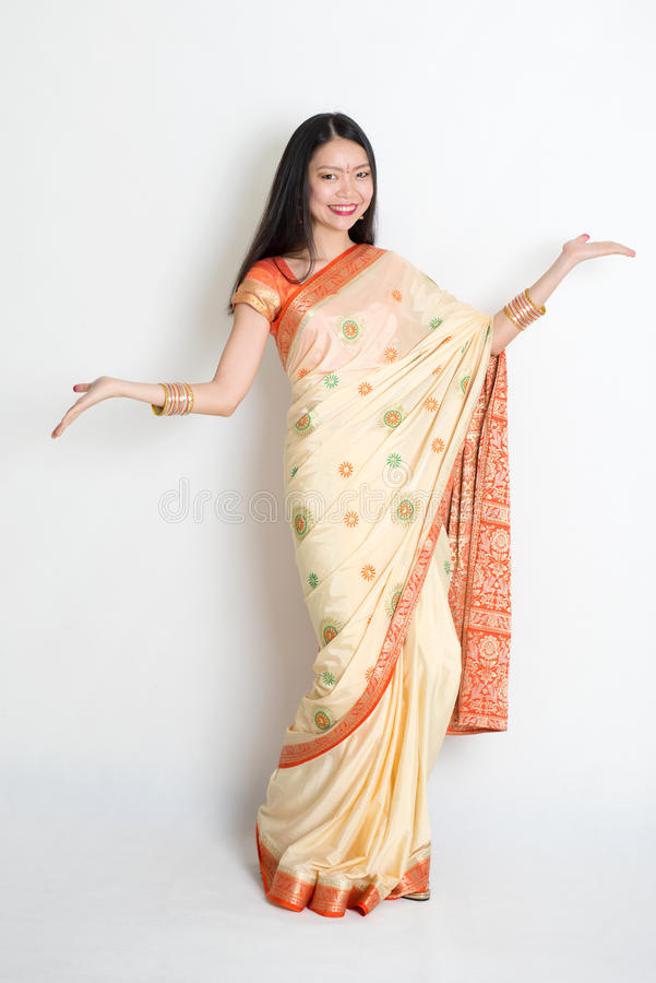 Młoda dziewczyna w Indiański sari sukni witać zdjęcia royalty free