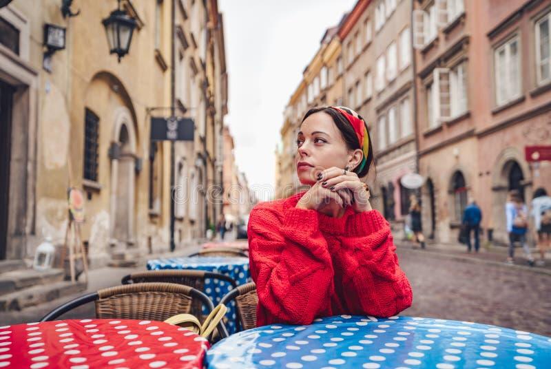 Młoda dziewczyna w kawiarni obraz stock