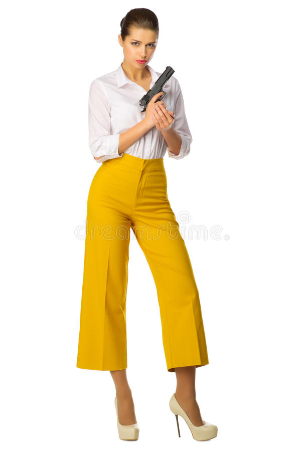 Młoda dziewczyna w kolorze żółtym dyszy z pistoletem fotografia royalty free
