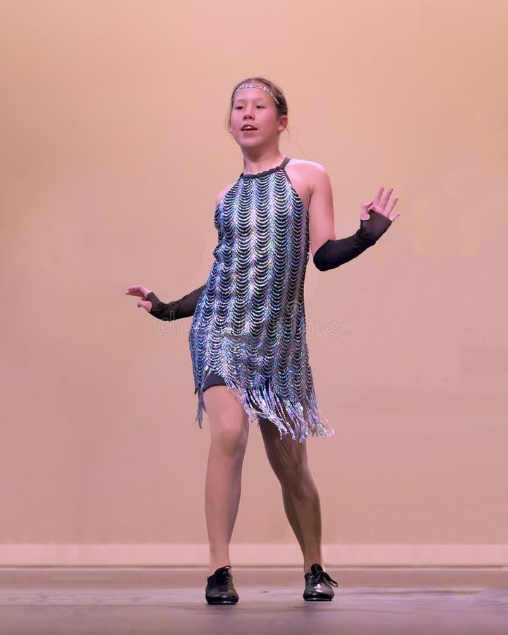 Młoda dziewczyna w kranowego tana występie obrazy royalty free