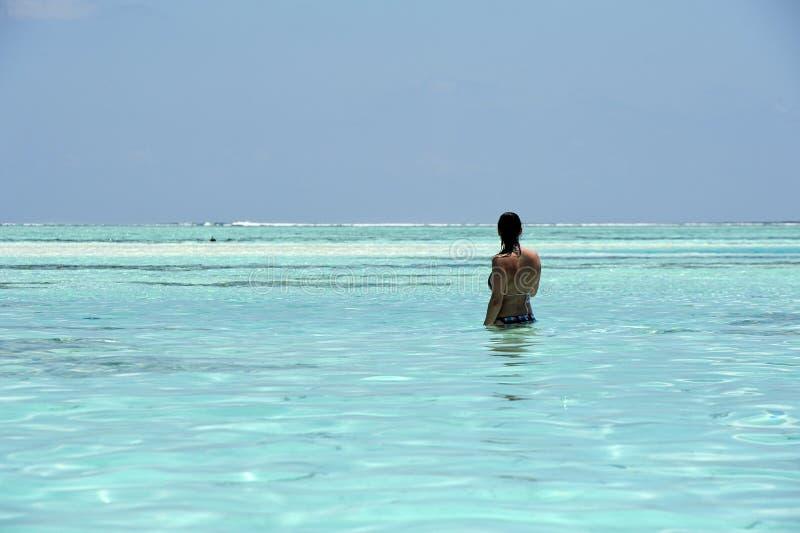 Młoda dziewczyna w morzu przy raj wyspą, Maldives Marzec 2012 fotografia royalty free