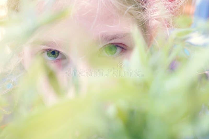 młoda dziewczyna w ogródzie obraz stock