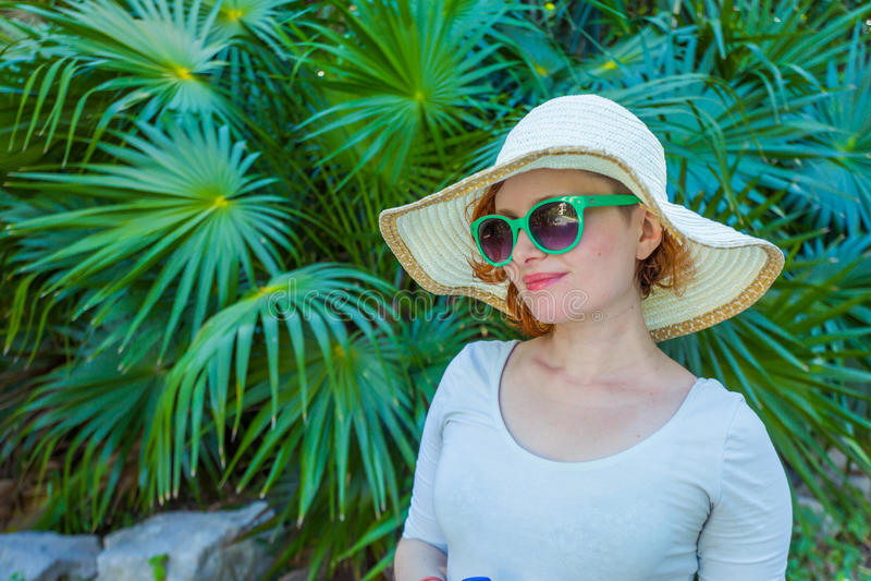 Młoda dziewczyna w parku w zielonych szkłach fotografia royalty free