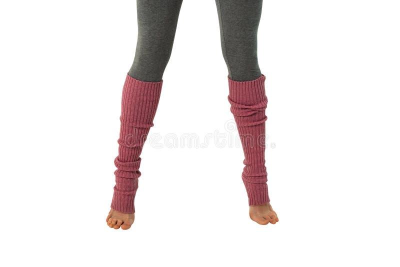 Młoda dziewczyna w różowych leggings, angażujących w pilates stoi na palcach Biały tło zdjęcia royalty free