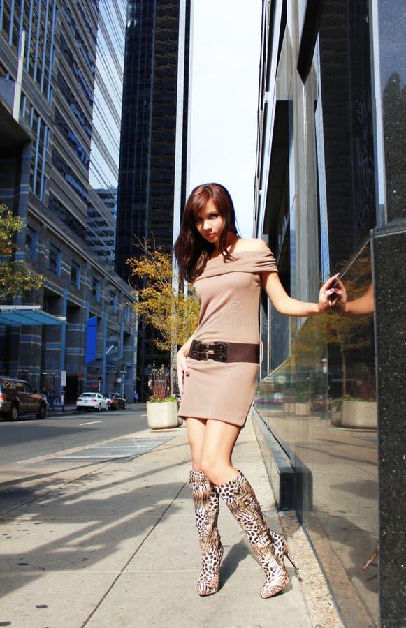 Młoda dziewczyna w seksownych butach target1066_0_ w mieście obraz stock