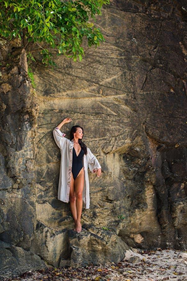 Młoda dziewczyna w zgodzie z naturą w przejrzystym fotografia stock