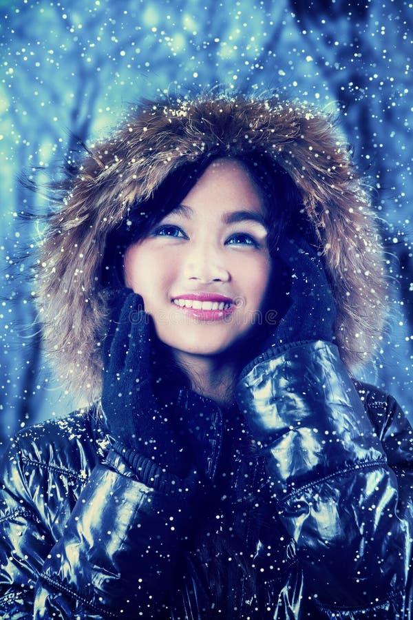 młoda dziewczyna w zima lesie obraz stock