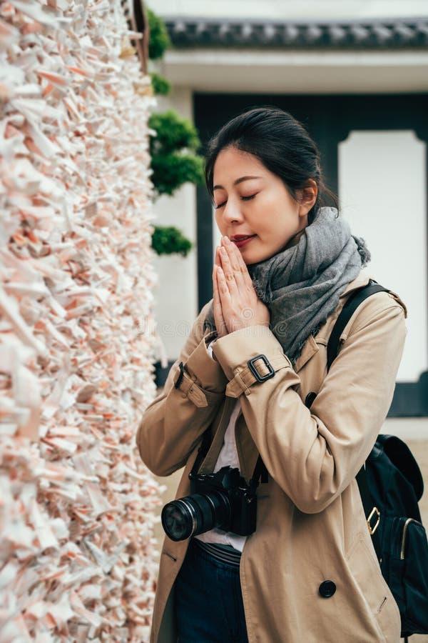 Młoda dziewczyna wpólnie ono modli się stawia palmy obrazy stock