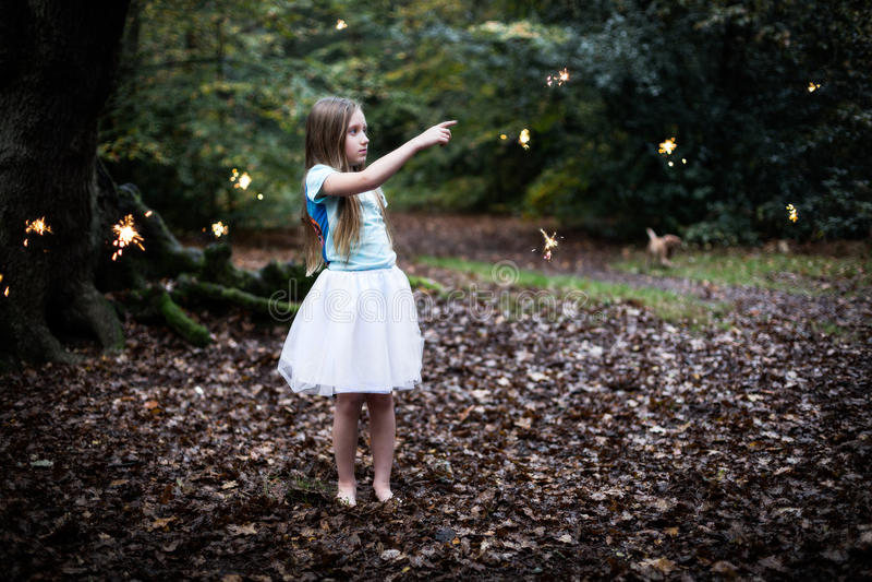 Młoda Dziewczyna Wskazuje przy czarodziejką w lesie Błyska zdjęcia stock