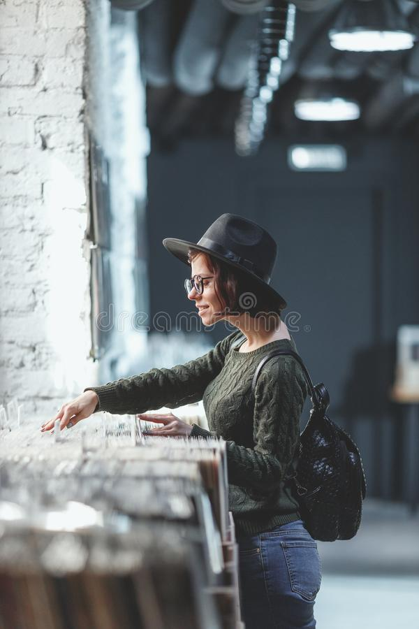 Młoda dziewczyna wyszukuje rejestry w sklepie zdjęcie royalty free