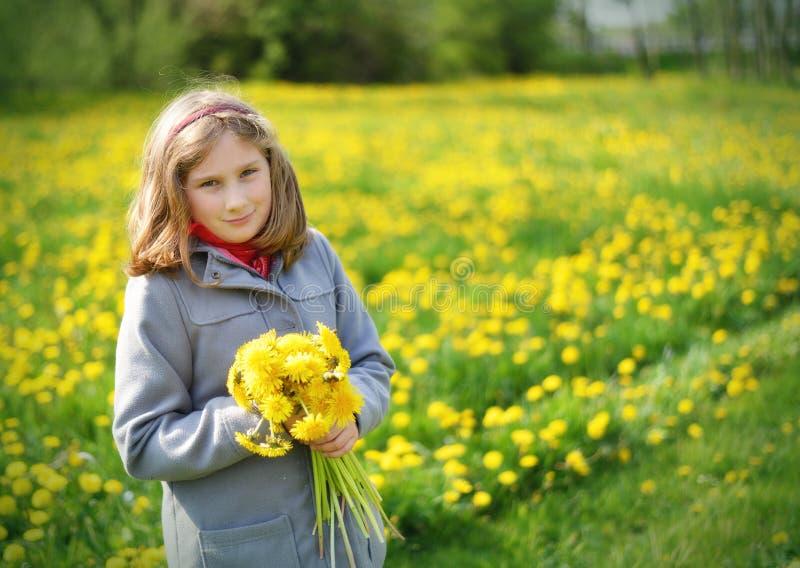 Młoda dziewczyna z bukietem żółci kwiaty obrazy royalty free