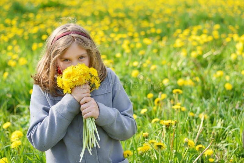 Młoda dziewczyna z bukietem żółci kwiaty obraz royalty free