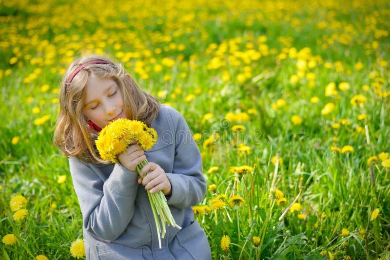 Młoda dziewczyna z bukietem żółci kwiaty zdjęcie royalty free