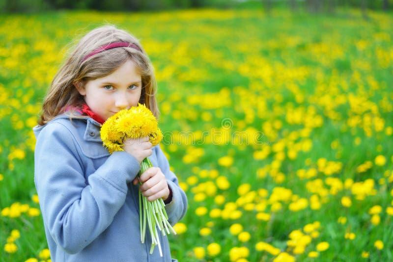 Młoda dziewczyna z bukietem żółci kwiaty zdjęcia royalty free