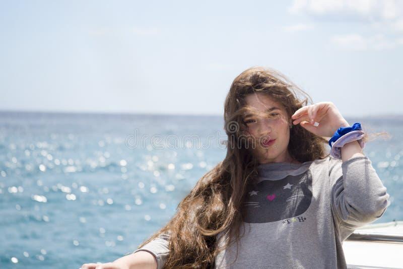 Młoda dziewczyna z długie włosy w dennej podróży na przyjemności łodzi obrazy royalty free