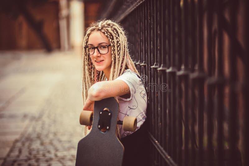 Młoda dziewczyna z dreadlocks fotografia royalty free